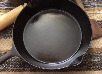 Sidney Hollowware Cast iron skillet.