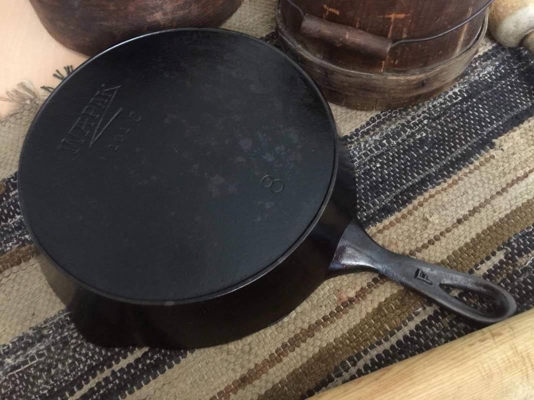 Wapak Hollow Ware skillet with Z logo. No 8 sized skillet with heat ring