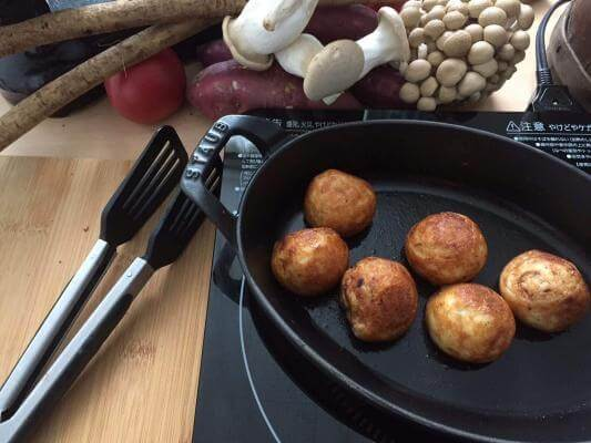Cast iron is traditionally used to cook Takoyaki.