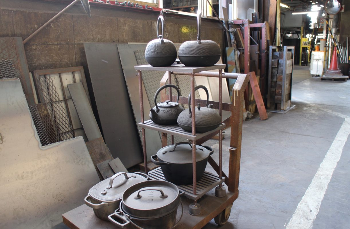 Oigen cast iron products in their foundry.