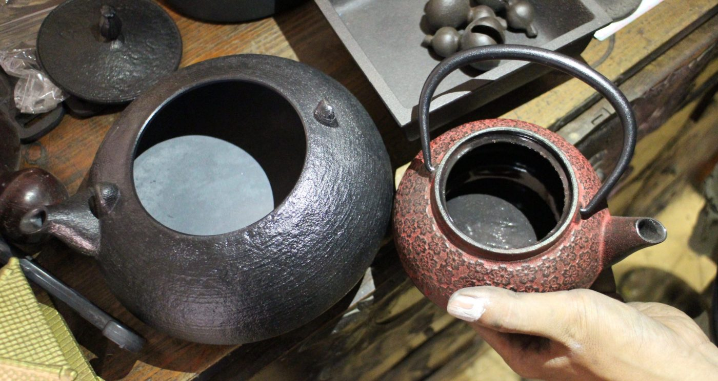 Side-by-side example of a Tetsubin and teapot